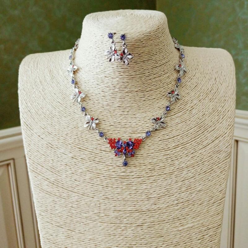 Комплект из сережек и ожерелья