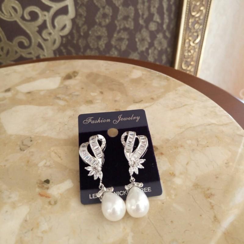 Женские серьги с цирконами в белом цвете